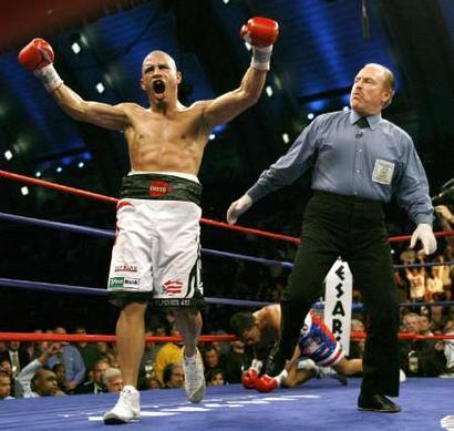 Мигель Котто празнует победу над Карлосом Кинтана
