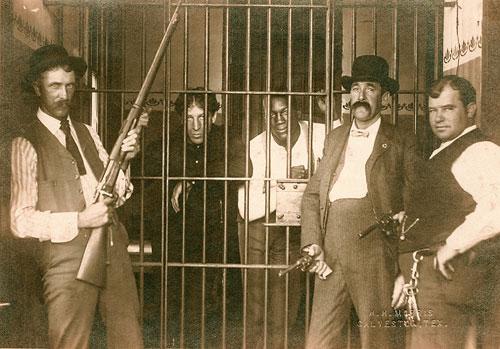 Чойнски и Джонсон за решеткой после очного поединка